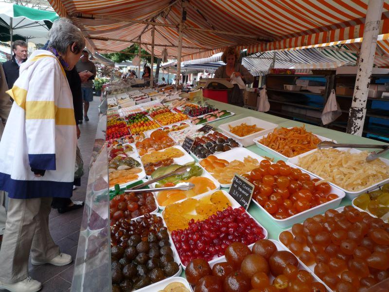 サレヤ広場のニース市場。スイーツもあります