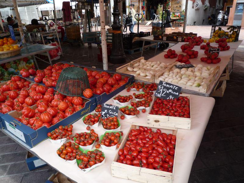 ニースの野菜市には美味しそうなトマトがいっぱい