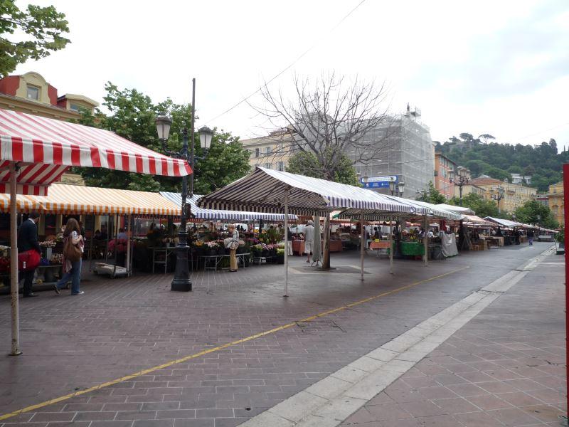フランス旧市街ニースのサレヤ広場で開催される朝市
