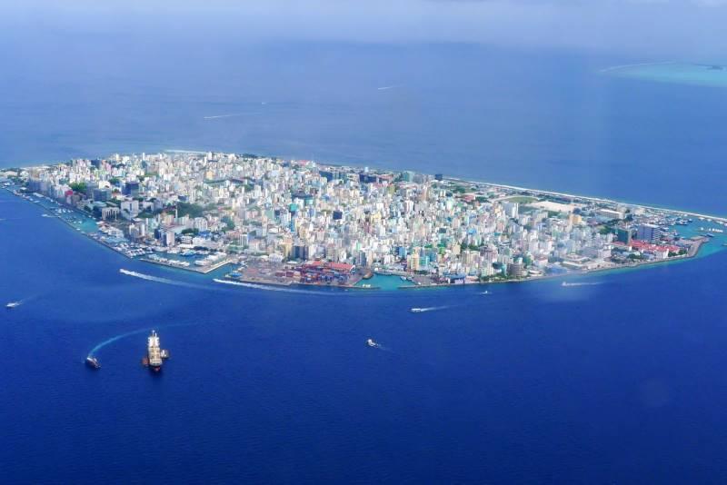 楽園モルディブの首都マレの上空からの