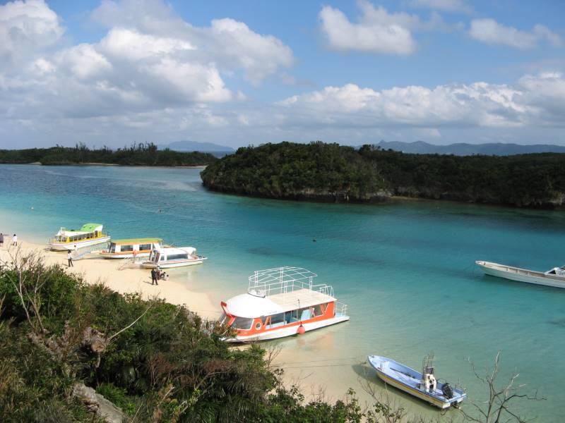 川平湾は白い砂浜と碧い海のコントラストが印象的