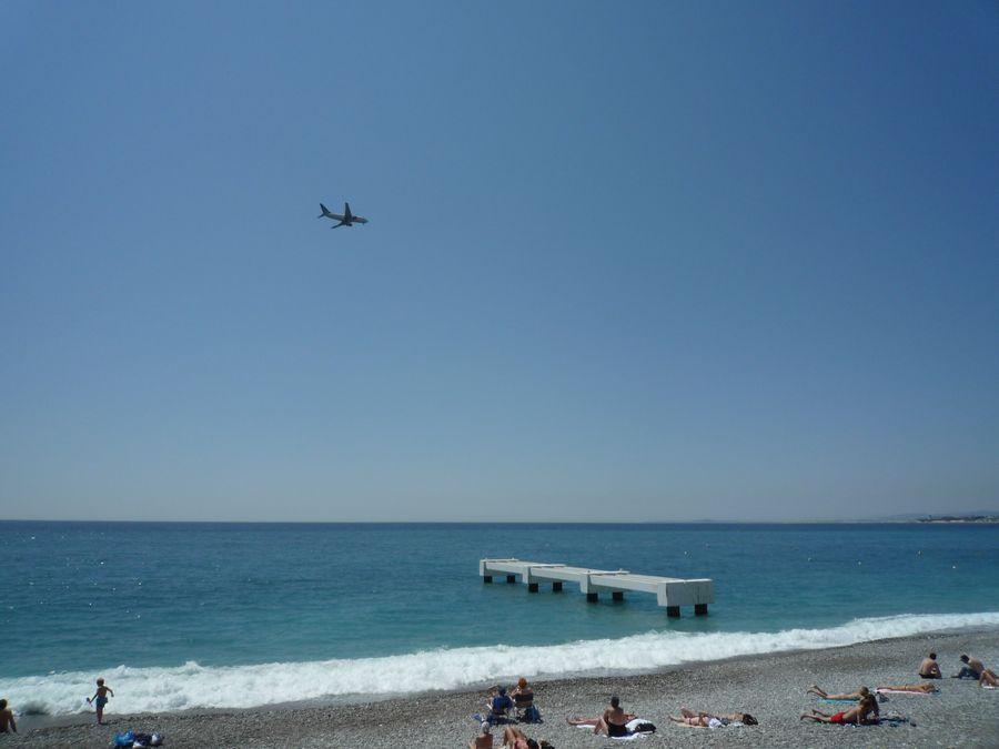 ニース空港に離発着する飛行機