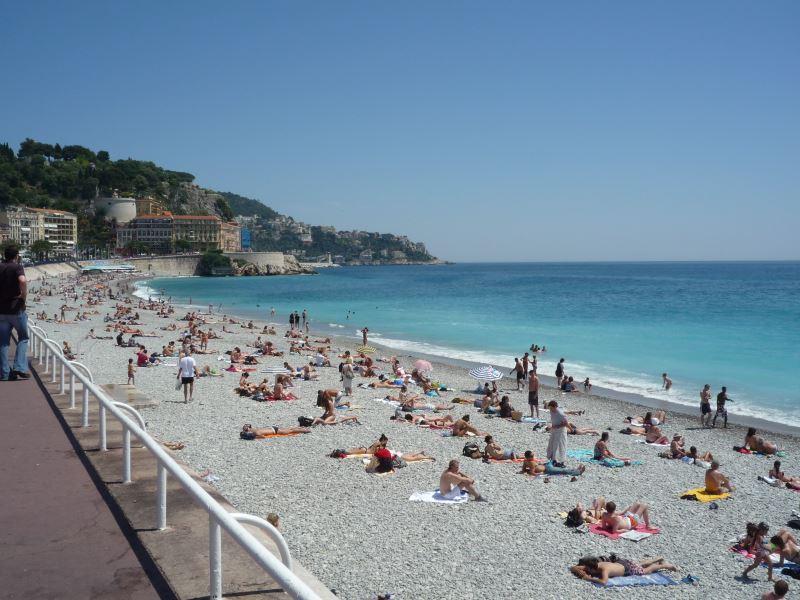 ニースのビーチは日光浴を楽しむ観光客がいっぱい