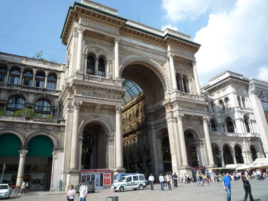 東京ディズニーランドの入口に似てるイタリアミラノのアーケード