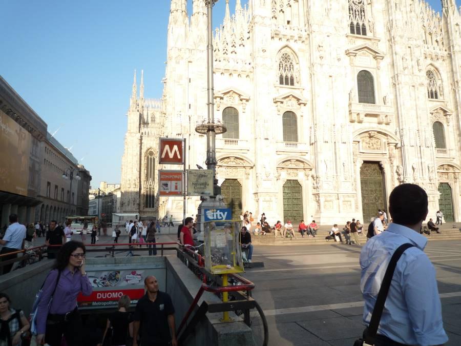 メトロを降りるとすぐ近くにミラノ大聖堂とドゥオーモ広場