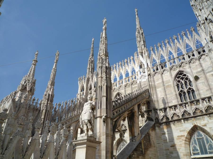 ミラノのドゥオーモは尖塔には聖人がいる