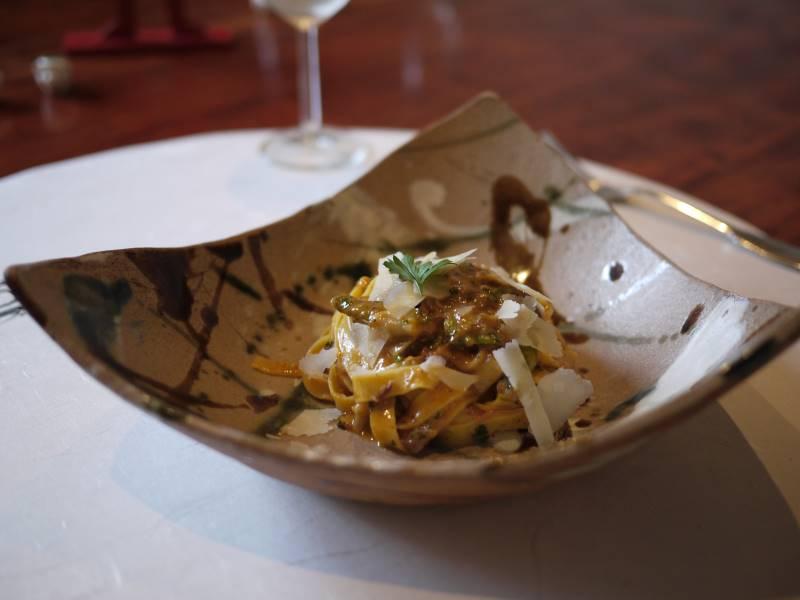 和食器に盛り付けられた美味しいパスタ