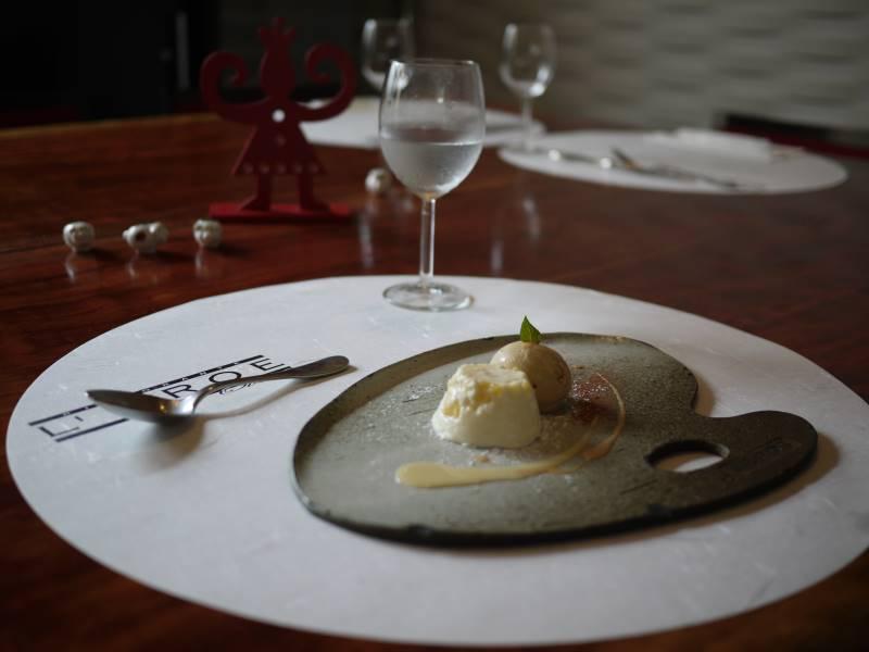 和食器に盛り付けられたイタリアンの美味しいデザート