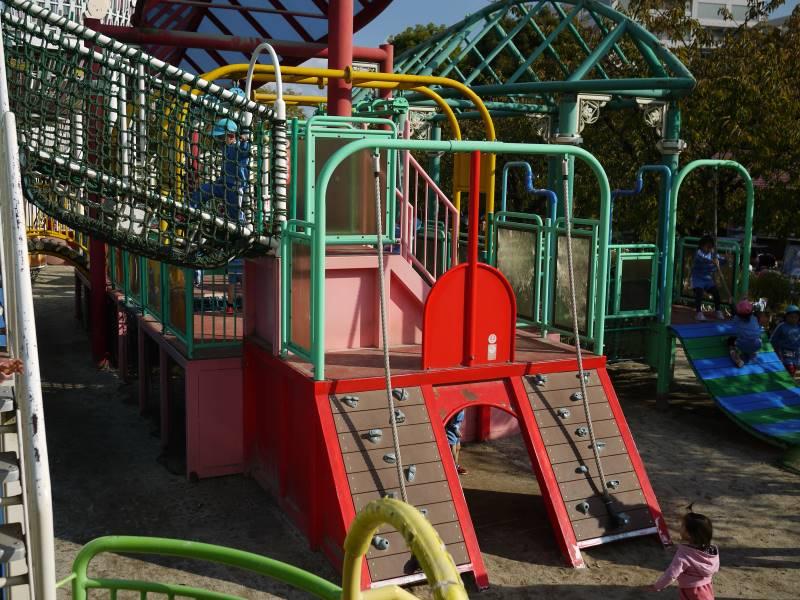 100人以上の子供が余裕で遊べるくらい大きなアスレチック
