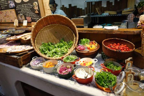 バイキングに並ぶ新鮮な野菜たち