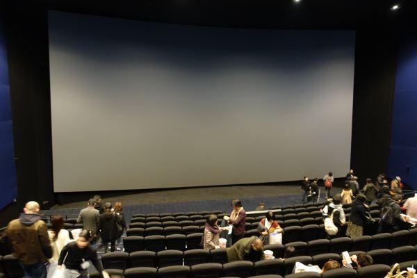 床から天井、左右の壁いっぱいに広がるIMAX3Dの大型スクリーン
