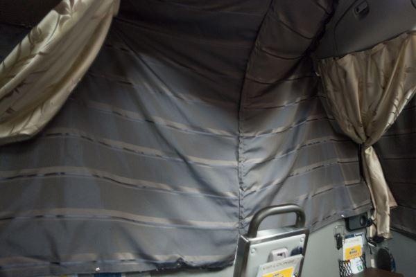 VIPライナーの運転座席との間のフロント遮光カーテン