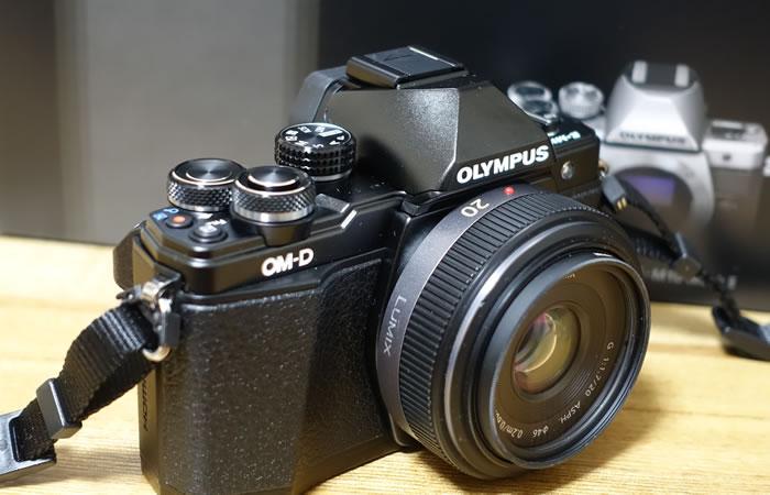 マイクロフォーサーズレンズを装着したミラーレス一眼カメラ