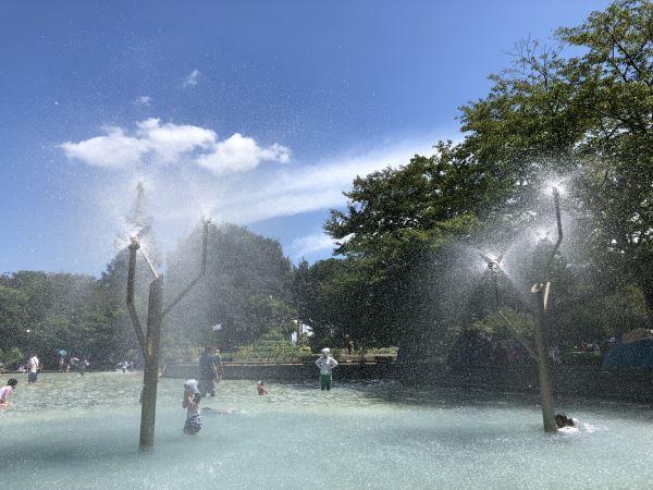 虹が見えるアンデルセン公園の「にじの池」